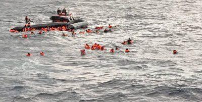 La ONG Open Arms ha soccorso oltre 100 migranti dopo un naufragio nel Mediterraneo