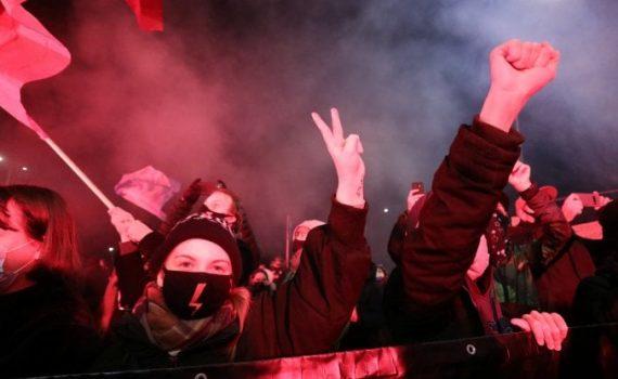 Polonia, in vigore la legge che vieta l'aborto. Le donne tornano in piazza 1
